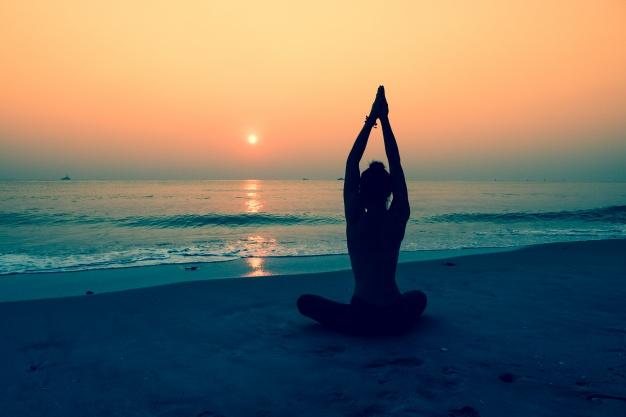 silhouette-woman-doing-yoga-beach_1286-47